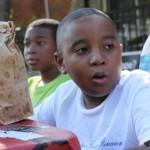 Garoto de 9 anos revitaliza dois parques vendendo limonada